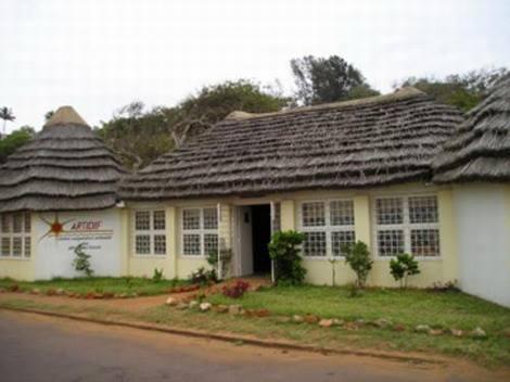 MAPUTO - venda de artesanato na marginal